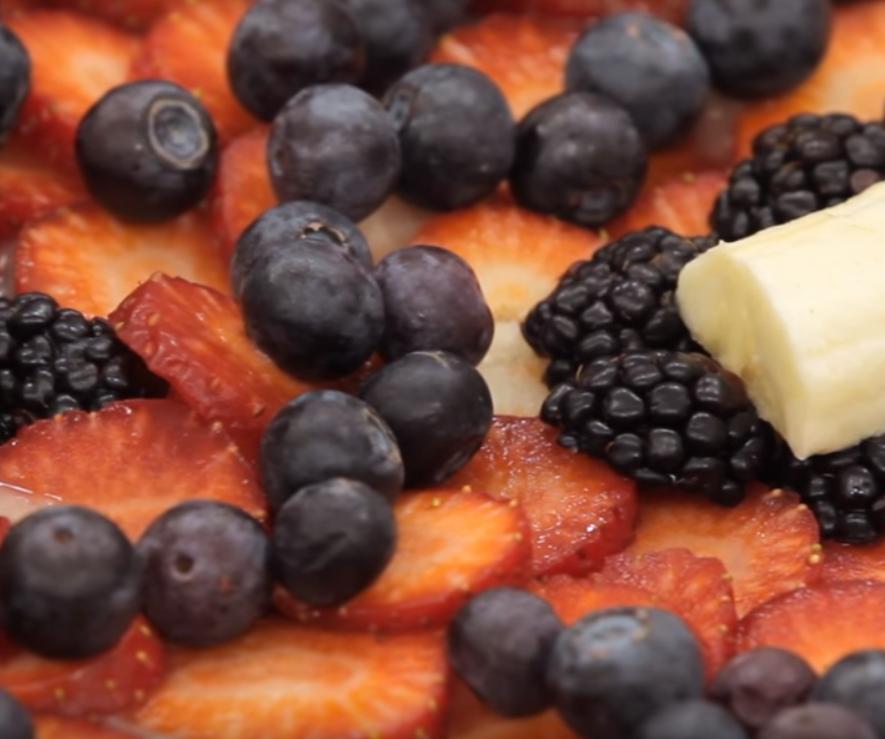 фруктово-ягодный салат на фруктово-медовом соусе