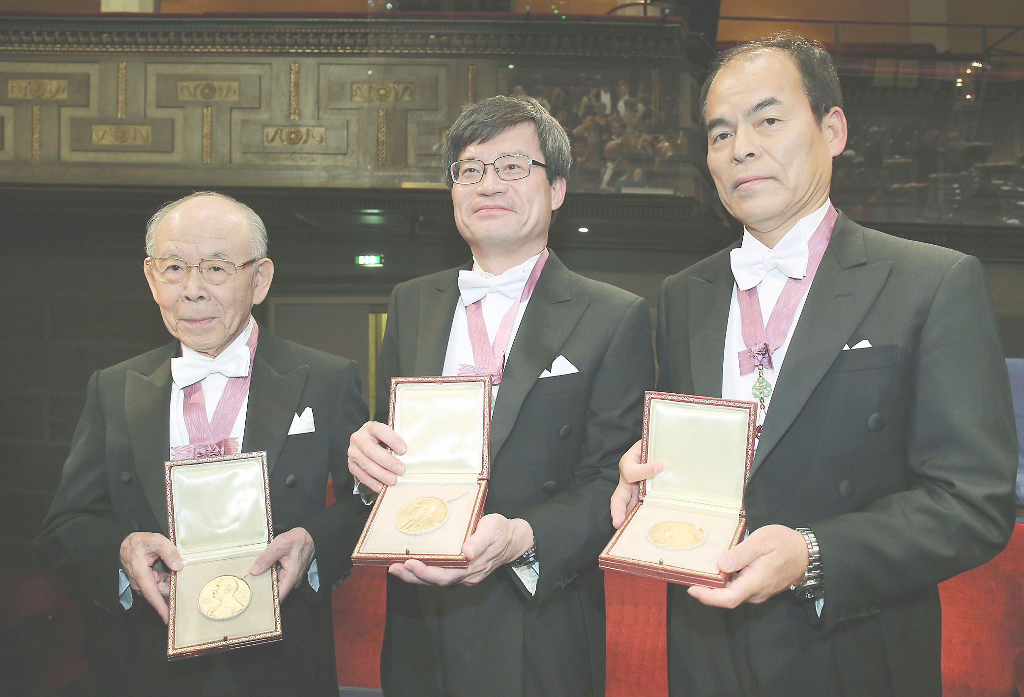 Исаму Акасаки (85 лет), Хироси Амано (53 года) и Сюдзи Накамура (58 лет) Нобелевская премия по физике 2014.